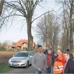Angeregte Diskussion über die Baumschäden in der Weißenberger Straße in Driftsethe: Bauhof-Leiter Jörg Bersziek zeigt Ausschussmitgliedern und Anliegern, bei welchen Bäumen er die Standsicherheit gefährdet sieht. Nun sollen Experten die Bäume näher unter die Lupe nehmen. Foto us