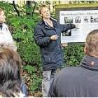 Karla Mombeck hatte viele Informationen für die Wanderer. Foto: Andreas Palme
