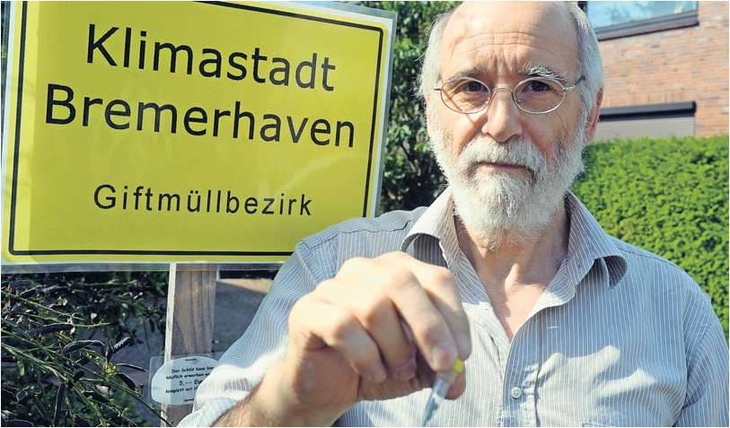 Erhöhte Werte: Dr. Friedrich Walz sammelte nach einem Sturm Staubpartikel auf seinem Grundstück und schickte sie zur Analyse ins Labor. Das Schild in seinem Garten hat die Bürgerinitiative entworfen – und verkauft es auch. Foto Scheer
