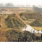 Bizarre Landschaft im November-Nebel: die ausgebeutete Freimuth-Sandgrube, für die eine Bauschuttdeponie in Planung ist. Auf dem Weg am Grubenrand sind des öfteren Spaziergänger mit ihren Hunden anzutreffen.  Foto Luise Bär
