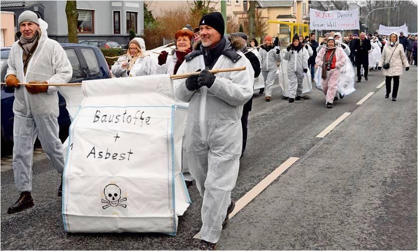 In weißen Schutzanzügen und mit leichten Abfallsäcken bepackt, zogen die rund 120 Demonstranten vom Gesundheitsamt in der Wurster Straße zur Deponie Grauer Wall, um dort die Säcke aufzustapeln.  Foto Scheer