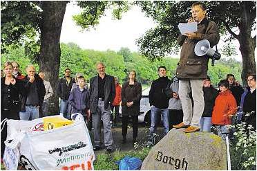 Die Montagsdemonstration nahe der Sandgrube, in der eine Bauschuttdeponie geplant ist, sollen wieder aufleben.  Foto Luise Bär