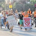 Rund 400 Bürger folgten dem Aufruf zur Montagsdemo gegen eine Deponie in Driftsethe-Weißenberg. Der Demonstrationszug endete am Rathaus. Vertreter der Bürgerinitiativen, alle im Rat vertretenen Fraktionen und der Bürgermeister übten sich im Schulterschluss gegen die Pläne. Bär·Foto: Luise Bär