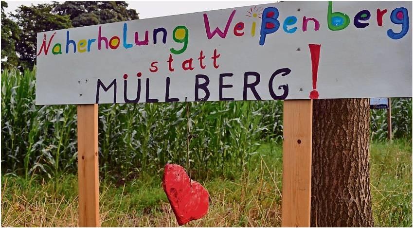 Die ersten Plakate stehen schon. Hagen stimmt sich auf einen heißen Protest-Sommer gegen die Deponie-Pläne von Jörg Freimuth ein.  Foto Hansen