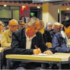"""Rund 100 Zuhörer folgten der Informationsveranstaltung der Bürgerinitiative """"Driftsethe-gegen-Deponien"""", darunter auch etliche Ratsmitglieder. Im Vordergrund: Dietmar Buttler (Linke) und Claudia Theis (Freie Wähler) machen sich Notizen. Foto Luise Bär"""