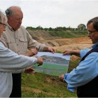 Bernd Ricker (von links), Hans-Joachim Nieschlag und Heino Fromme von der BI zeigen, wie eine Deponie in Driftsethe aussehen würde. Foto Edel