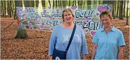 Claudia Schnars und Karla Mombeck (rechts) von der BI MUT vor einem Kunstwerk, das den Protest gegen die Deponie ausdrückt. Foto Gehr