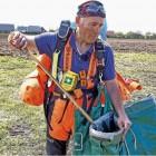 Harry Wallis ist Dank Spenden gut ausgerüstet bei seinem Müllsammel-Einsatz. Foto Stehn