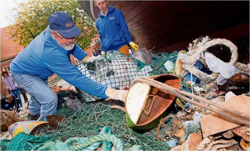 Was so alles im Meer schwimmt, aber dort nicht hingehört: Mitglieder des Naturschutzbunds NABU sortieren vor dem Meeresmuseum Stralsund Müll, den Fischer aus der Ostsee geholt haben. Rund 75 Prozent davon sind Kunststoffabfälle. Foto Sauer/dpa