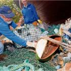 as so alles im Meer schwimmt, aber dort nicht hingehört: Mitglieder des Naturschutzbunds NABU sortieren vor dem Meeresmuseum Stralsund Müll, den Fischer aus der Ostsee geholt haben. Rund 75 Prozent davon sind Kunststoffabfälle.  Foto Sauer/dpa