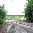 Trotz eines mit der Naturschutzbehörde vereinbarten Baustopps arbeitete das Unternehmen weiter. Das Foto zeigt die Zufahrt zur Sandkuhle auf dem Driftsether Weißenberg, an der die Uhu-Familie ihre Schlafbäume hat. (privat)