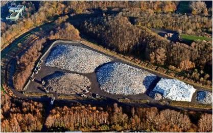 Noch jahrzehntelang wird auf dem Grauen Wall Müll eingelagert. Das geht aus einer Antwort des Senats an die FDP-Fraktion hervor. Foto Scheer