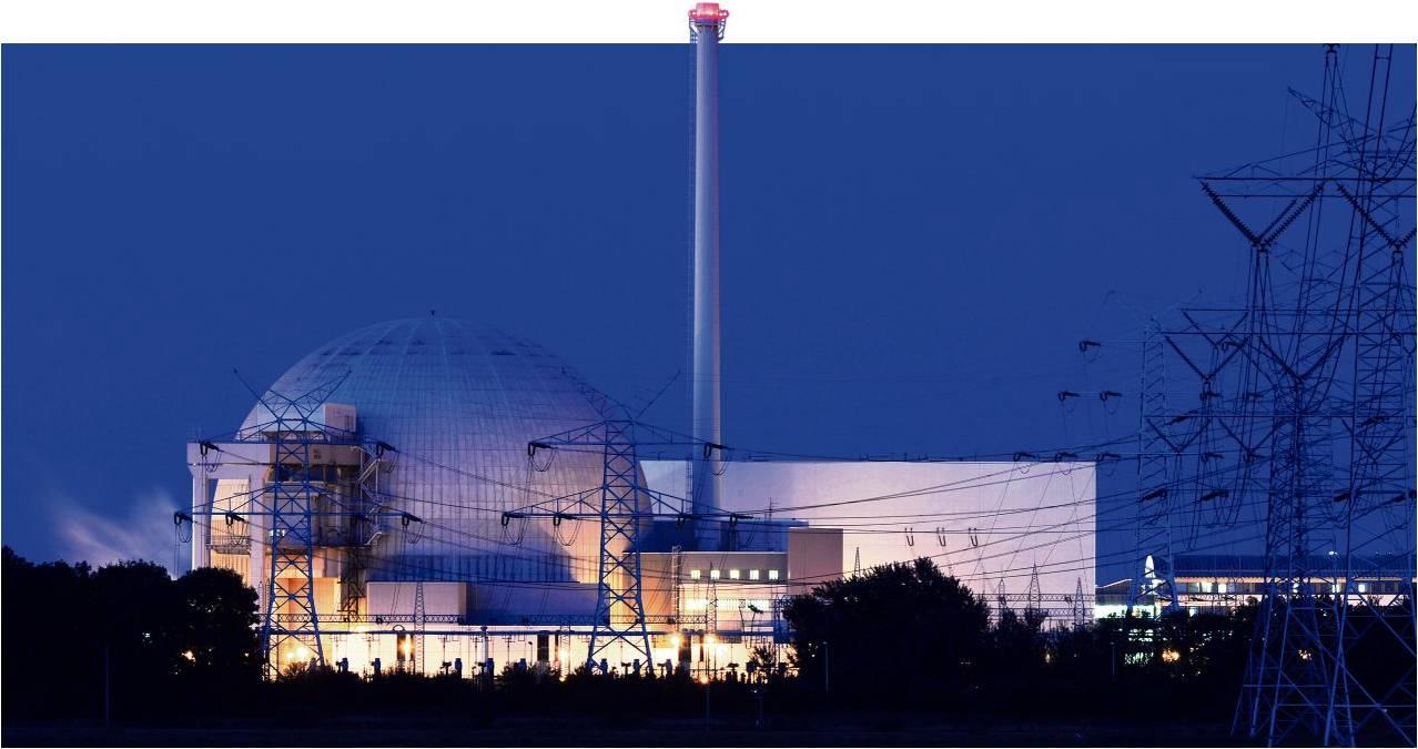 Das Kernkraftwerk Unterweser in kleinensiel in der Abenddämmerung. Der Rückbau der stillgelegten Anlage steht im Mittelpunkt eines Erörterungstermins, der am Dienstag in Rodenkirchen beginnt. Foto Wagner