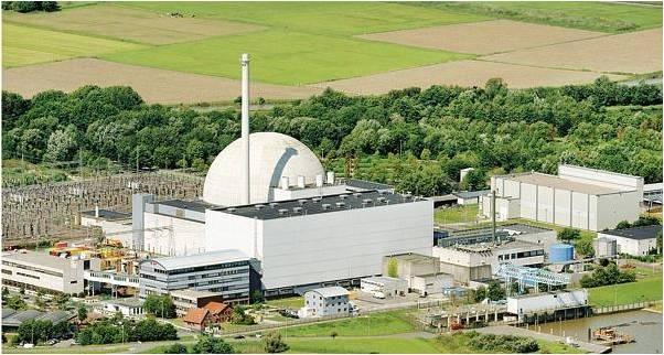 Soll abgerissen werden: das 2011 abgeschaltete Kernkraftwerk Unterweser bei Kleinensiel (Landkreis Wesermarsch). Hier eine Luftaufnahme von 2012.  Bild:dpa