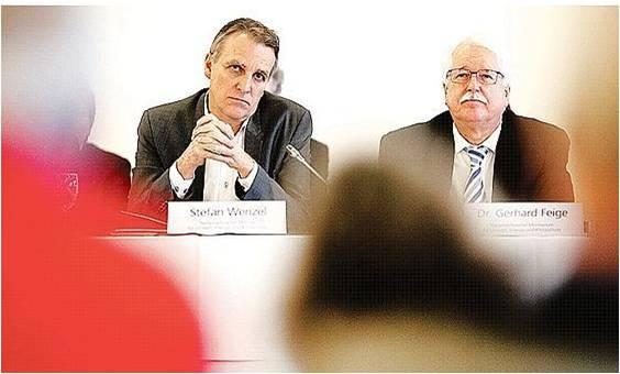 Umweltminister Wenzel (li) und der Leiter seiner Atomabteilung Gerhard Feige, bei der Erörterung  Bild: dpa