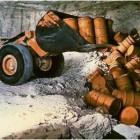 In der Schachtanlage Asse werden Fässer mit radioaktivem Müll abgeladen. Derzeit untersucht eine Kommission, wie die Rückholbarkeit von Atommüll realisiert werden kann. Archivfoto Schachtanlage Asse/dpa