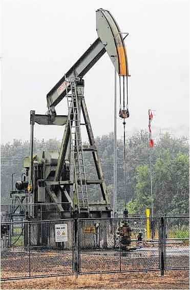 """Eine der typischen """"Pferdekopf-Nicker""""-Förderpumpen im Ölfeld Rühle im Emsland. Foto: DPA"""