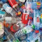 Durchblick im Pfand-Wirrwarr: Verbraucher sollen künftig leichter erkennen können, ob eine Flasche mehrfach verwendet wird. 42 deutsche Handelsunternehmen und Getränkehersteller versprachen, ihre Einweg-Pfandflaschen demnächst deutlicher zu kennzeichnen als bisher. Foto Bockwoldt/dpa