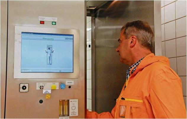 Das Männeken auf dem Monitor zeigt, wie sich die Person in der Kontrollschleuse hinstellen soll. Ein Kinderspiel für Mitarbeiter Jörg Gaspar (Foto), gewöhnungsbedürftig für Besucher. Foto Fixy