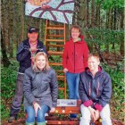 Genießen den stillen Blick von der Uhu-Bank (von links): Hans-Joachim Nieschlag von der BI Driftsethe, Anwohnerin Clara van der Elst, Plakatgestalterin Manuela Cordes sowie Karla Mombeck (BI MUT). Foto privat
