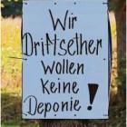 Solche Protestplakate sind seit kurzem an der Kreisstraße 51 zu sehen. Foto Gehrke