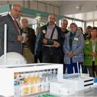 Der Rückbau des Kernkraftwerks Unterweser steht an. Wie mit hochradioaktiven Abfällen verfahren wird und weniger belastete Reststoffe behandelt werden, erklärten Betriebsleiter Gerd Reinstrom und seine Mitarbeiter Besuchern des ersten Informationstags am KKU-Modell. Fotos Fixy