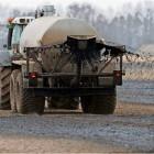 Hauptverursacher der Nitratbelastung ist die Landwirtschaft durch Überdüngung mit Mist und Gülle. Deshalb soll nun die Düngeverordnung überarbeitet werden. Foto Wagner/dpa