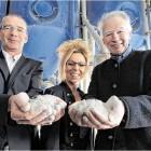 Michael und Christa Stegh (v.l.) von der Firma Stebah haben zusammen mit Jörg Kropp von der Hochschule einen Porenbeton-Mörtel entwickelt. Foto Kuhaupt