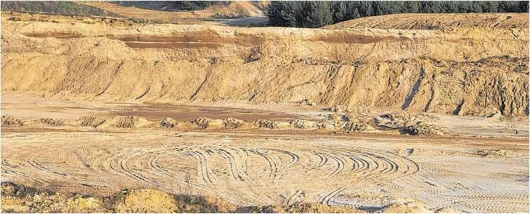 """Die ausgebeutete Sandgrube in Driftsethe soll als """"Schatzgrube Weißenberg"""" künftig der Naherholung dienen; die Hagener SPD sammelte jetzt Ideen dafür. Foto Luise Bär"""
