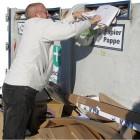 So zugemüllt war der Altpapiercontainer auf dem Real-Markt-Parkplatz in Lehe jede Woche. Wer sein Altpapier loswerden wollte, hatte keine Chance. Inzwischen gibt es deshalb dort keinen Container mehr. Foto Schwan